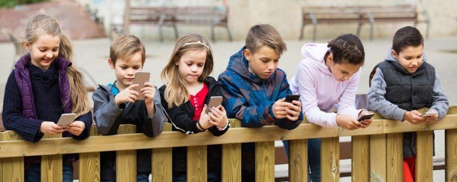 Dzieci ze smartfonem